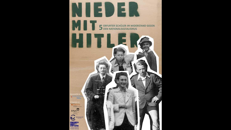 """Ein erstes provisorisches Filmplakat, das bei den ersten beiden Vorführungen des Films """"Nieder mit Hitler"""" verwendet wurde. Das Graffito auf einer Holzplatte, welches als Überschrift fungiert, ist eine Originalrequisite vom Dreh.  Gestaltet von Nils Wassiljew, Bundesfreiwilliger der Stiftung Ettersberg."""
